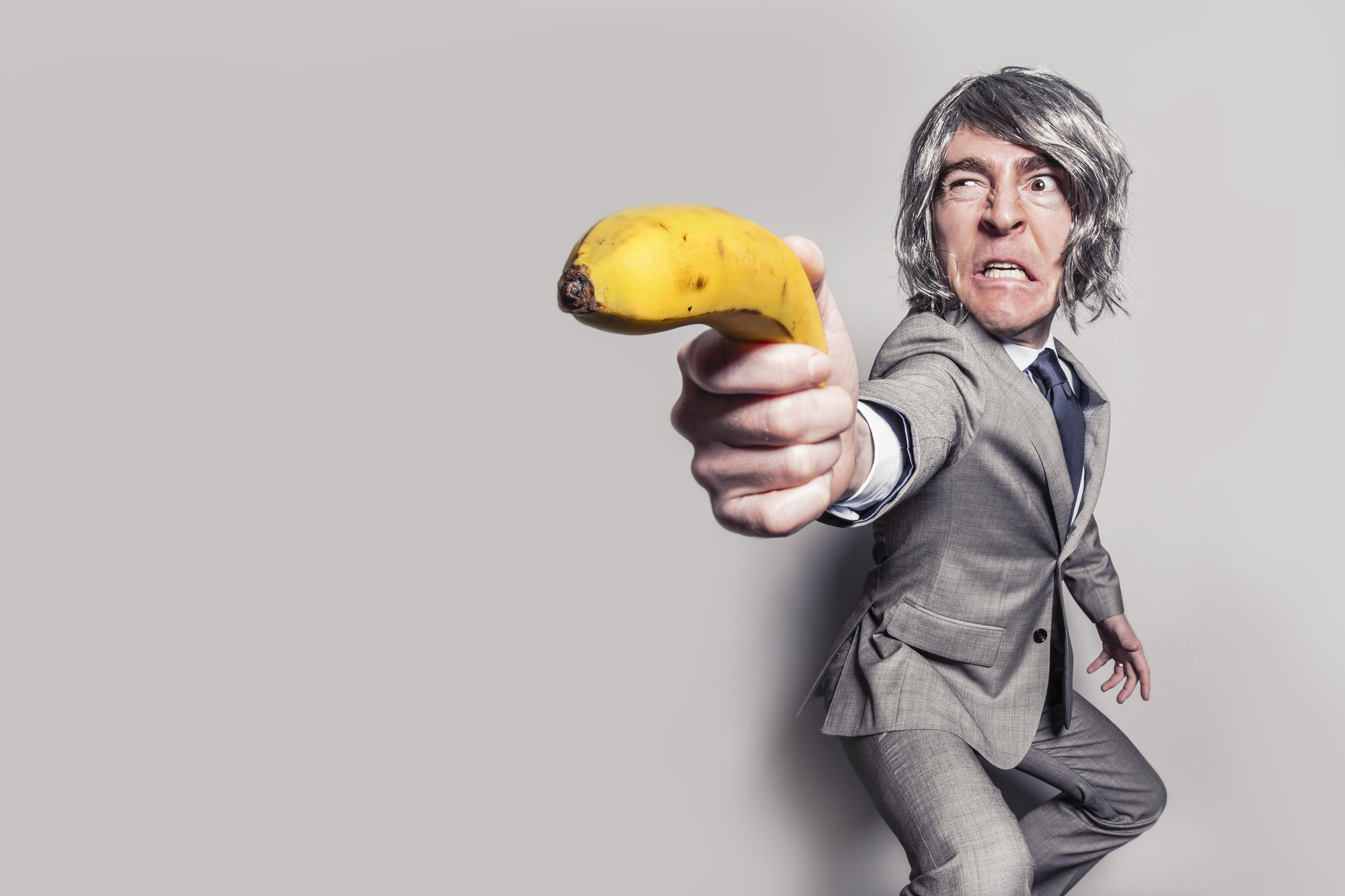 Om cu Banana in loc de pistol