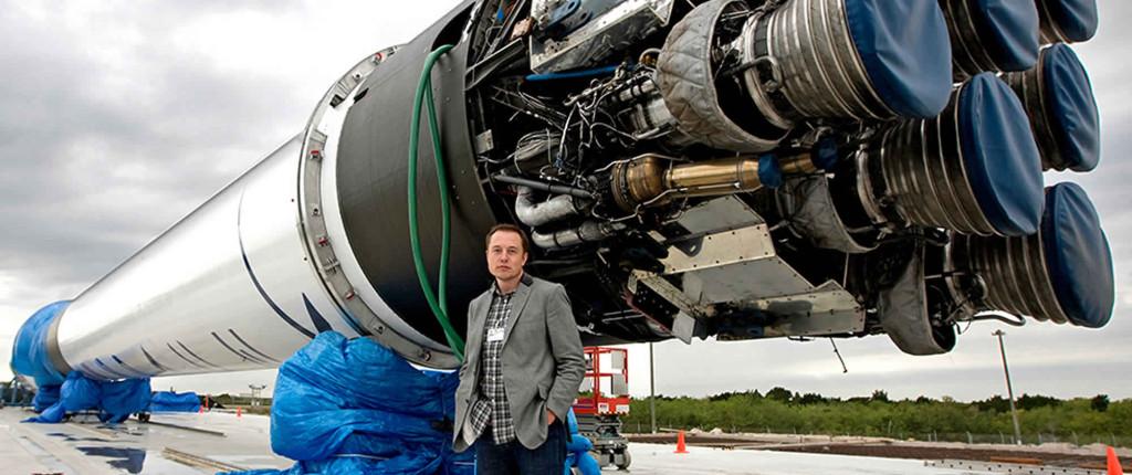 Elon Musk lângă racheta Falcon 9