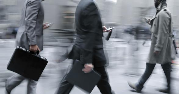 oameni care se uita pe smartphone